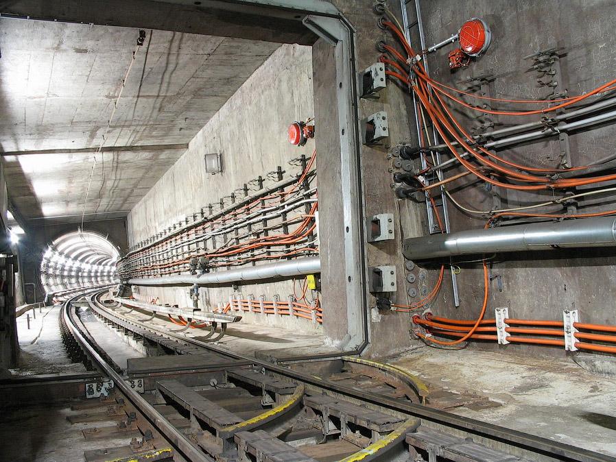 15. Рельсы заранее герметизируются внизу и остается лишь та часть, которая нужна поездам.