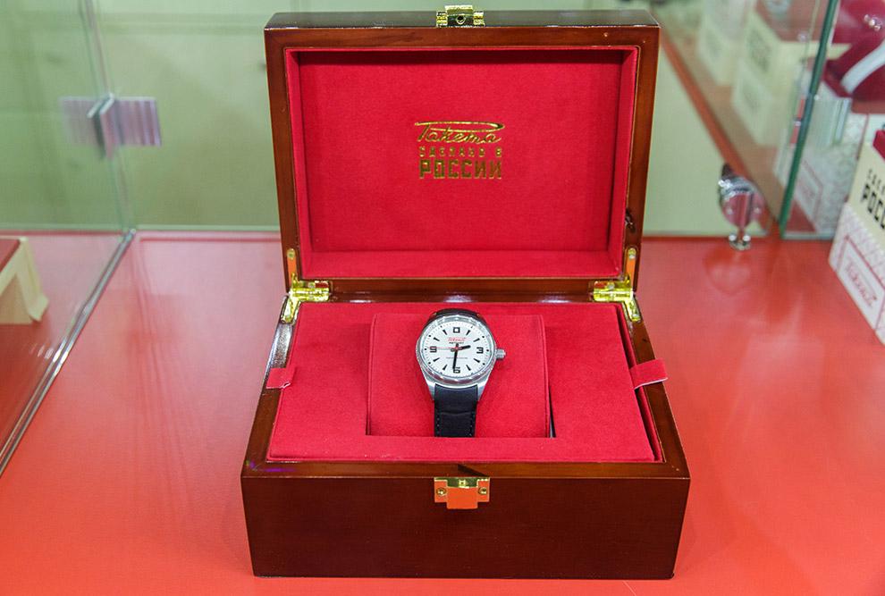 Каждые производимые часы имеют серийный номер а более дорогие поставляются в красивых коробках.