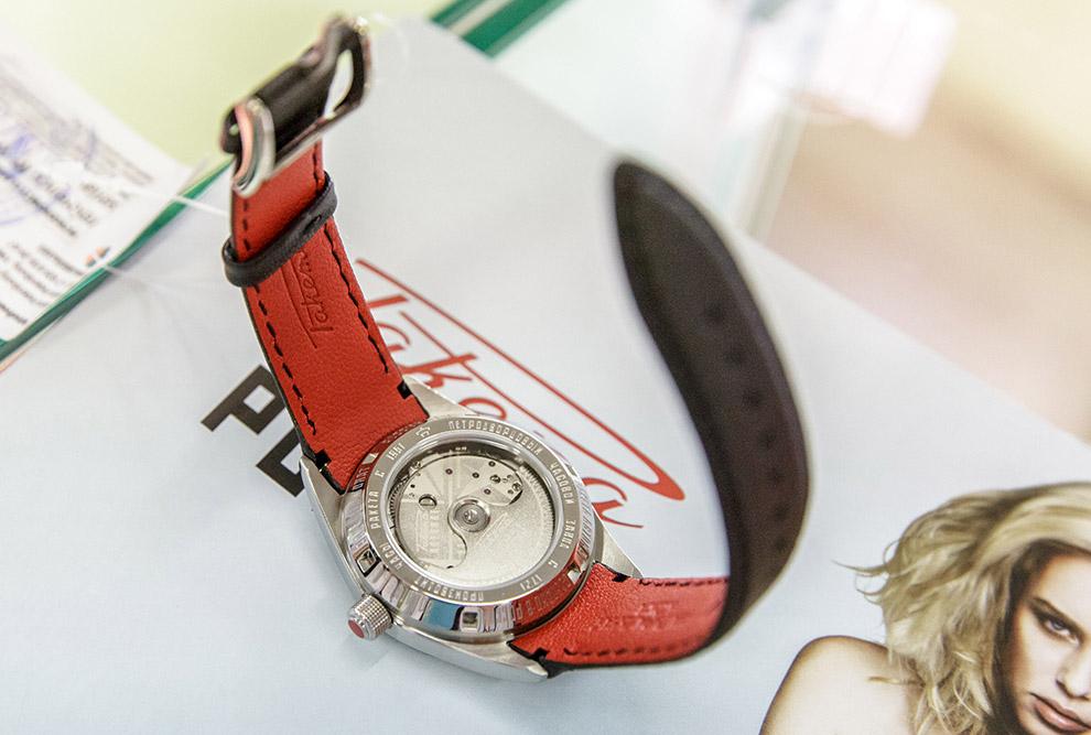 15. Есть даже часы из ценных пород дерева, не знаю насколько это практично, но выглядит весьма