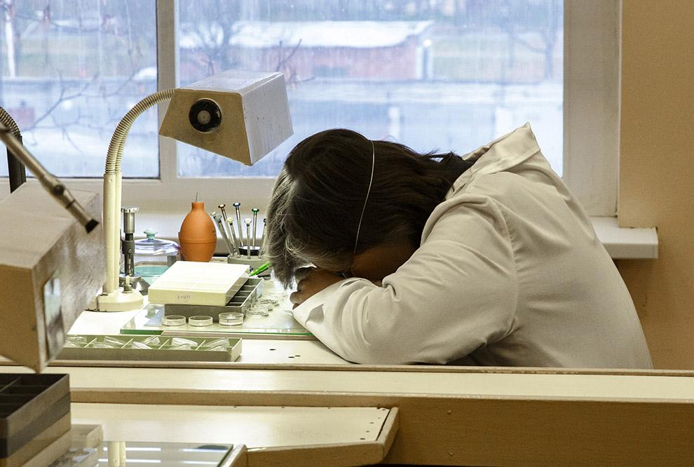 30. Каждые часы проверяют на герметичность с помощью такого вот прибора, который меняя давление