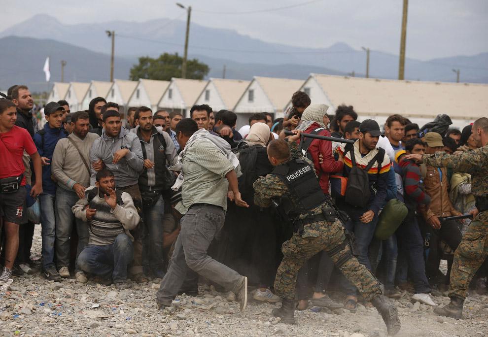 3. Сотни мигрантов и беженцев пересекают границу Сербии с Венгрией по железнодорожным путям, 6