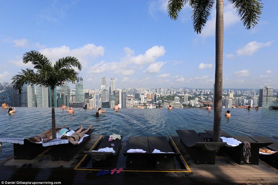 Отель Marina Bay Sands Hotel знаменит своим «бесконечным» бассейном и потрясающими видами на небоскр