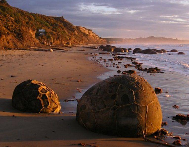 Эти необычно огромные сферические валуны лежат вдоль пляжа Коекохе (Koekohe Beach) на волноприбойном