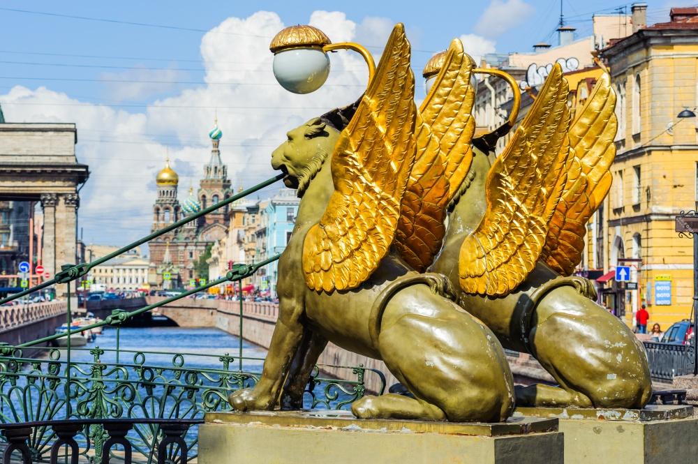 ВСанкт-Петербурге насчитывается множество самых разнообразных скульптур львов. Вфильме «Невероятны