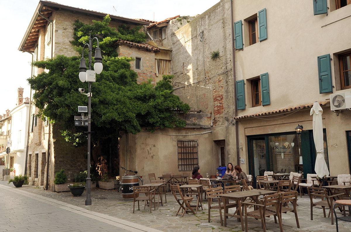 12. Исторический центр города — это одна большая пешеходная зона.