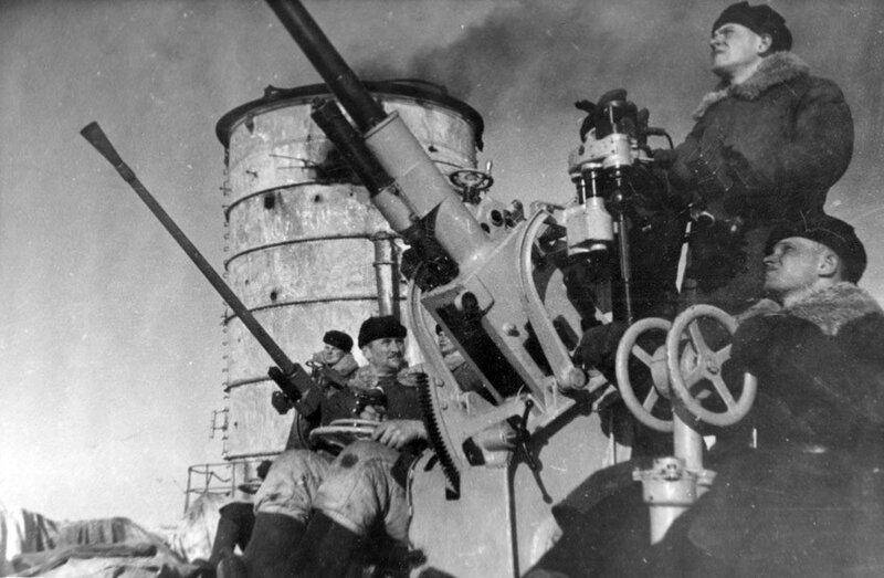Зенитчики на третьей башне линкора «Марат» («Петропавловск»)