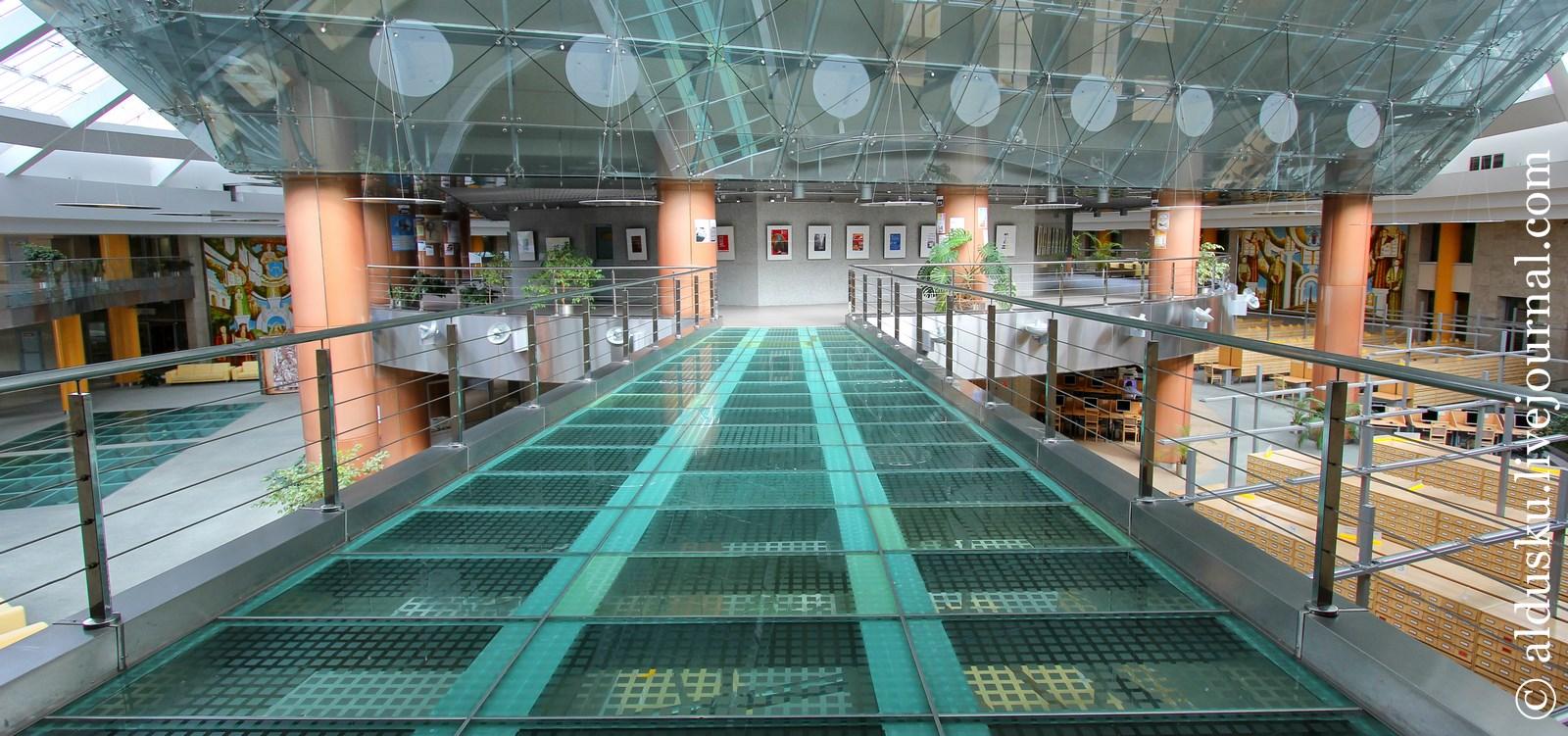 21. 3 этаж. Здесь расположен музей книги и проходят различные выставки
