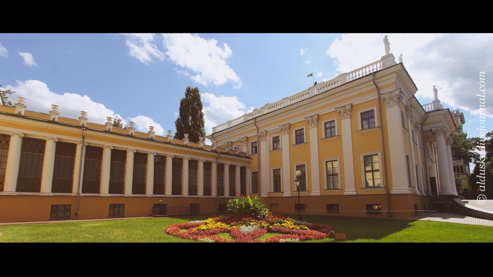 Слева: Оранжерея Дворца Румянцевых и Паскевичей