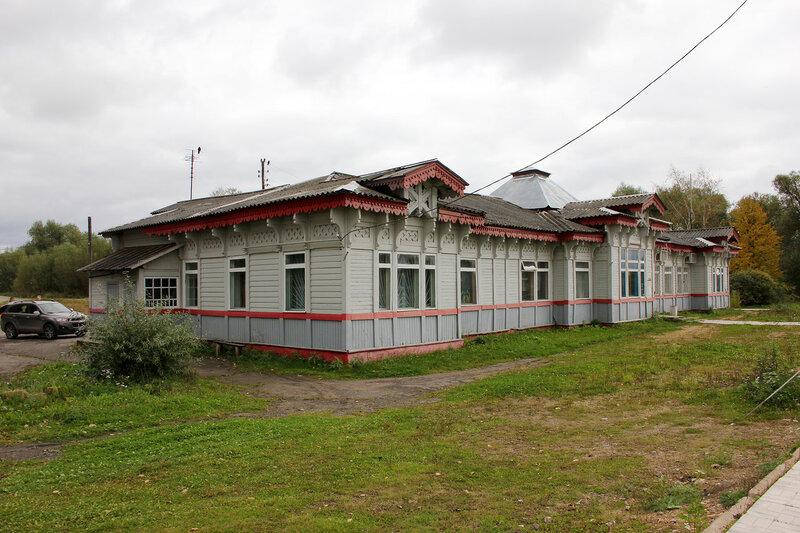 Здание вокзала на станции Красный холм