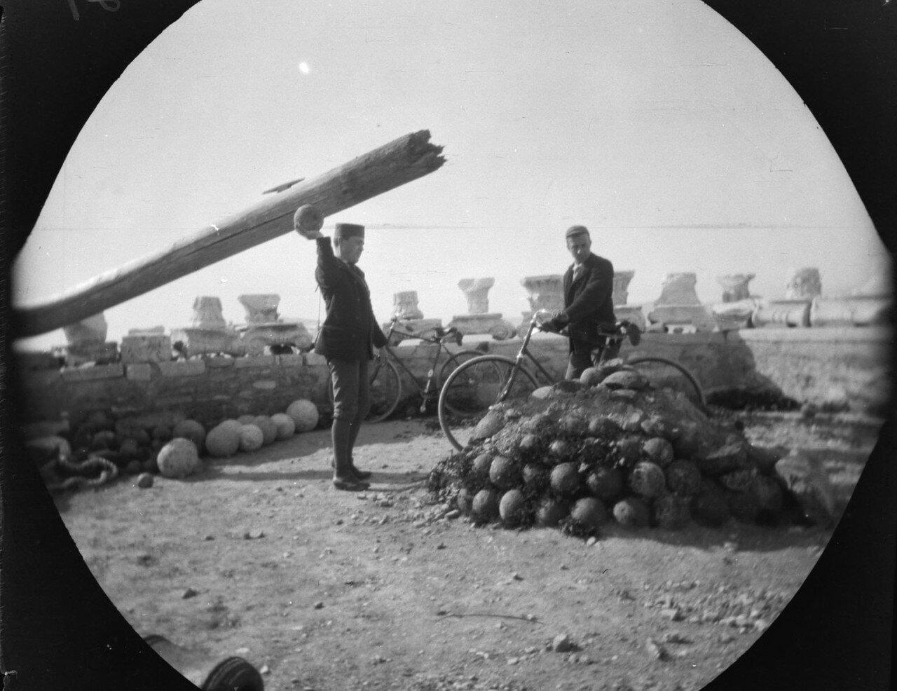 Уильям Захтлебен, Томас Аллен  рядом с горкой пушечных ядер на Акрополе