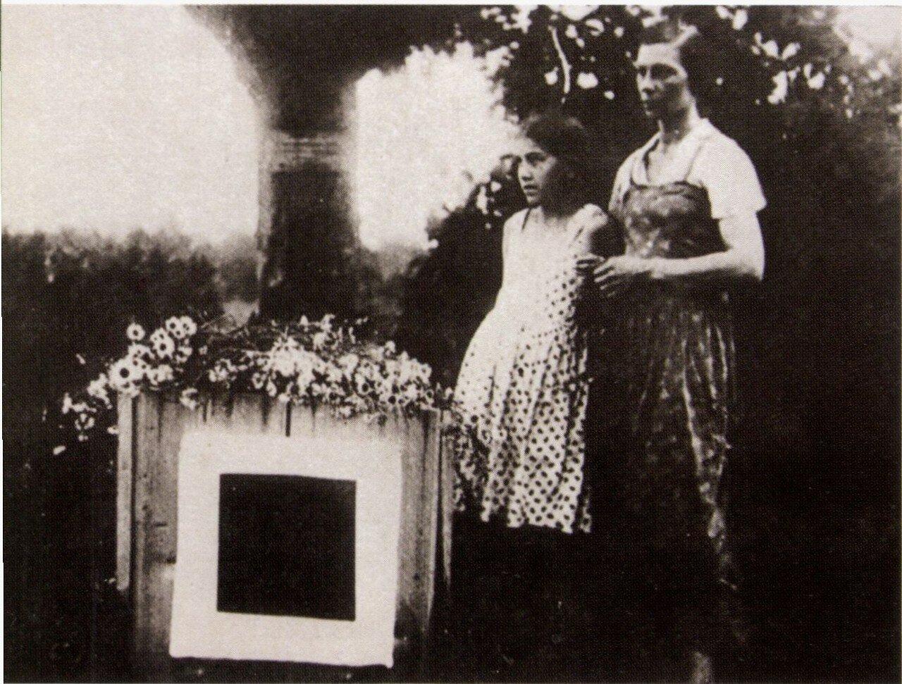 1935. Дочь Малевича Уна и вдова Наталья Андреевна у могилы Малевича в Немчиновке. Май