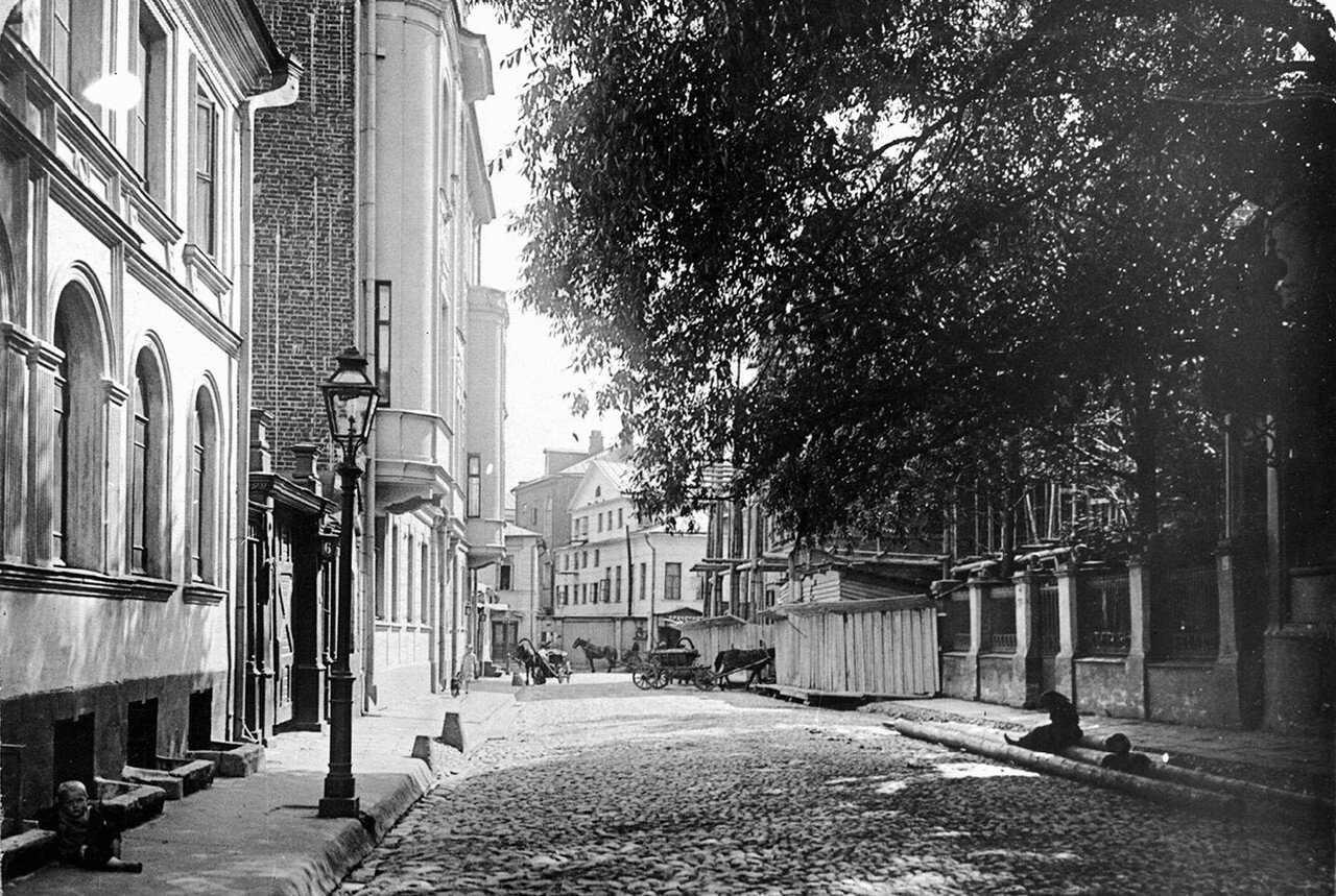 Филипповский переулок в сторону Сивцева Вражка