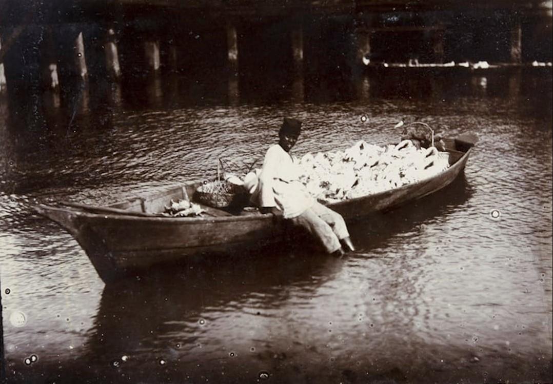 16. В Сингапуре - лодка с раковинами. Все раковины продает за 5 рубл. (было раньше, а теперь - рублей 25-30.), 1889