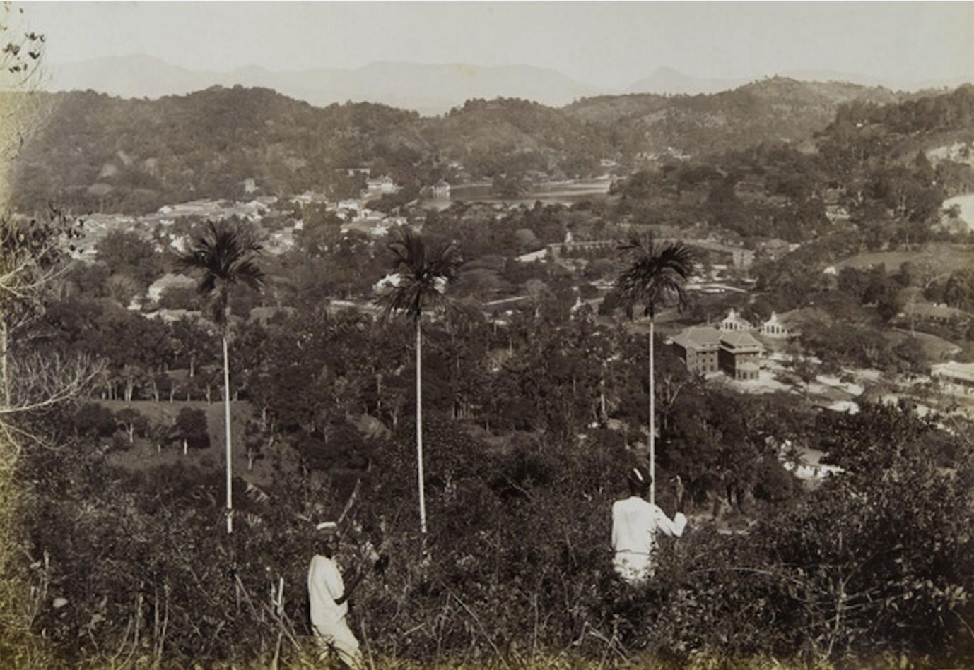 17. Цейлон. Канди. Панорама города. На среднем плане справа – здание почты, за ним – тюрьма Богамбара