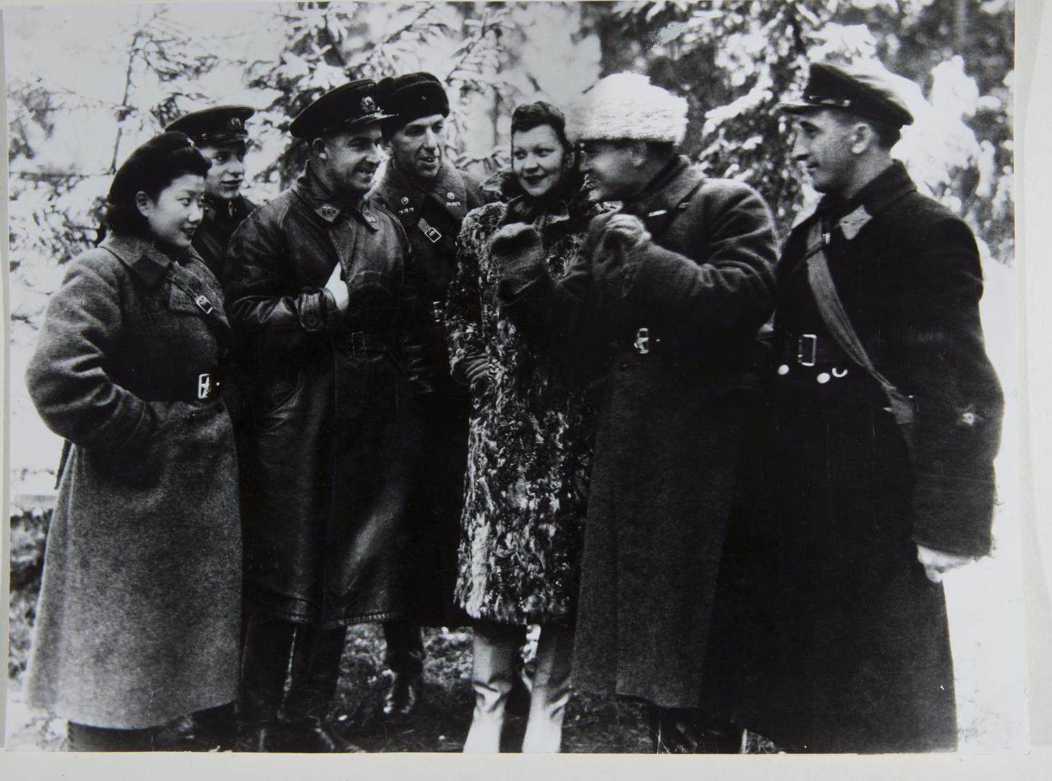 1942. Клавдия Ивановна Шульженко и участники концертной фронтовой бригады.