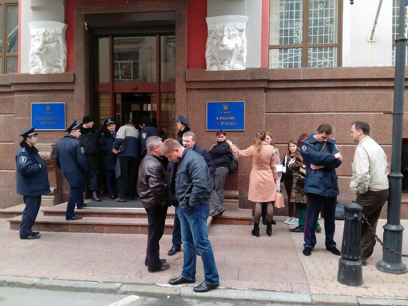 полиция оцепила вход в министерство