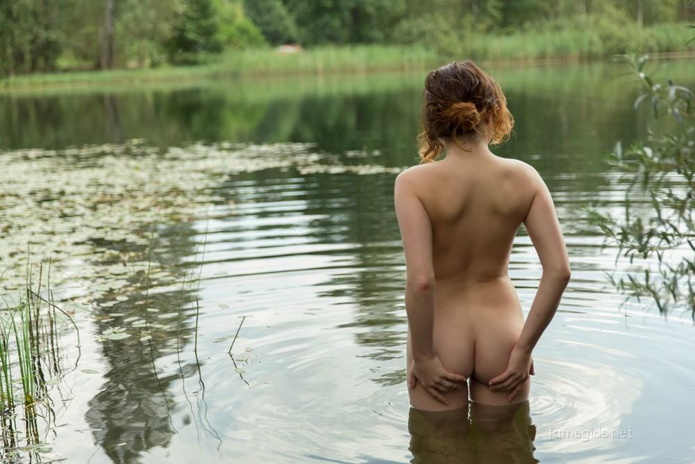 Foxy у лесного озера