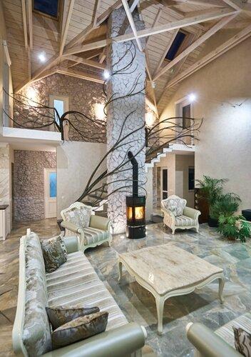 037 холл потолок, камин и каминная труба, натуральны камень, потолок, интерьер