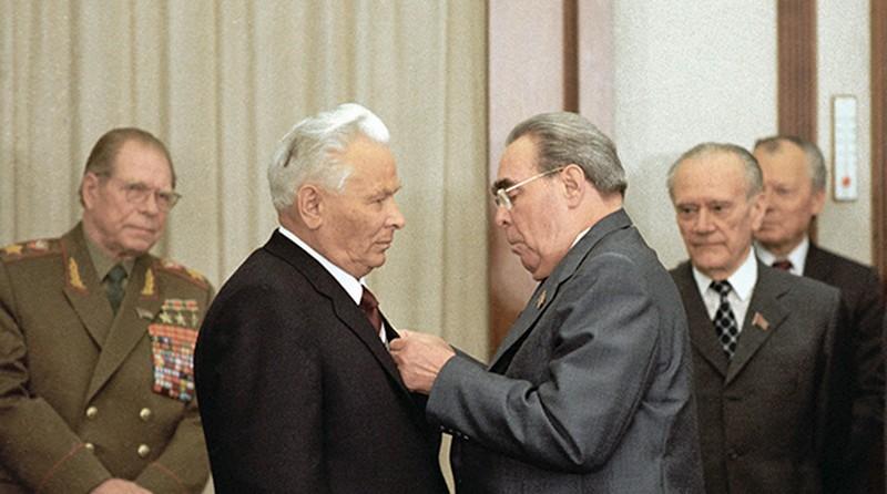 Брежнев-черн.jpg