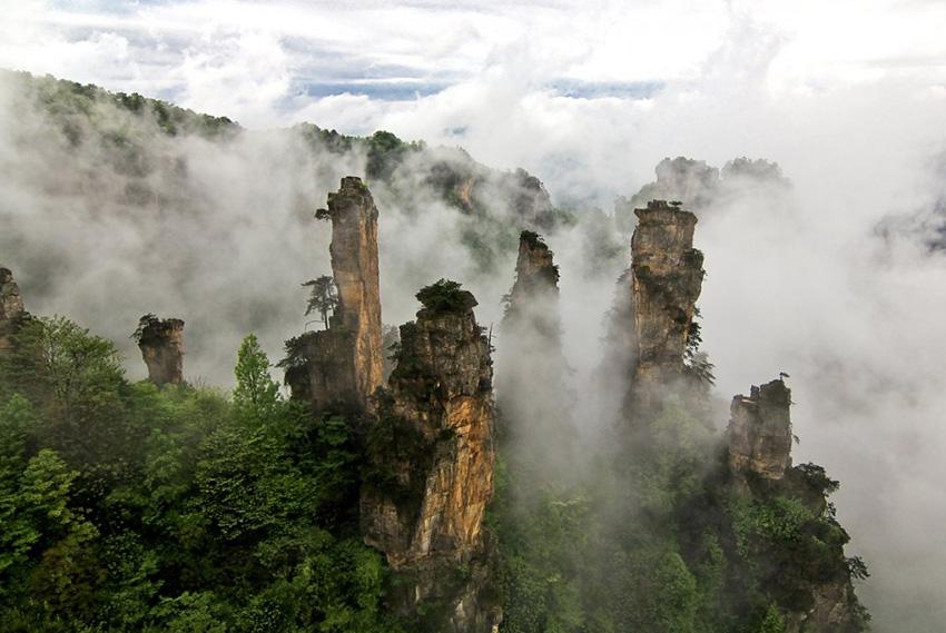 17. Улинъюань, Китай В этом заповеднике более 3 тысяч пиков и утесов самых разных форм и очертаний,