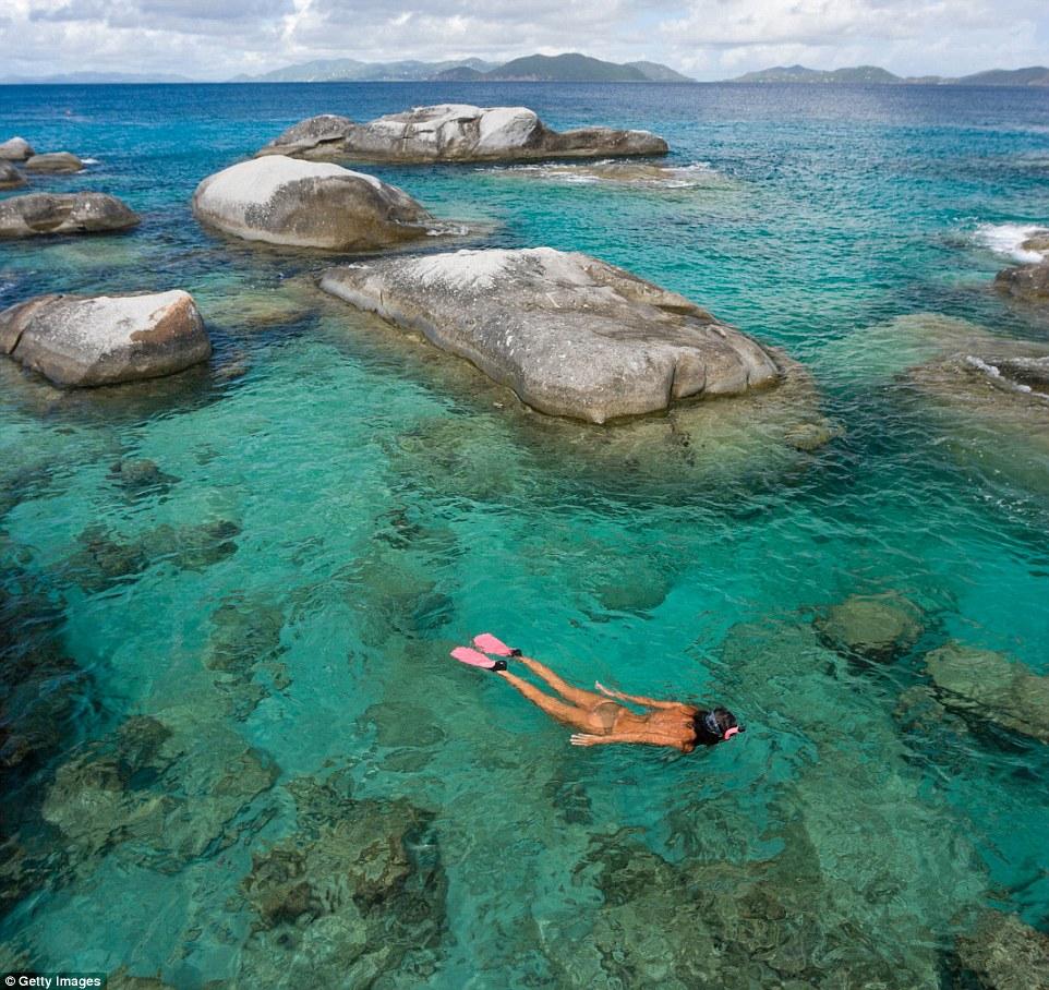 Национальный парк Батс на острове Горда, Британские Виргинские острова. Подводные камни отчетливо ви