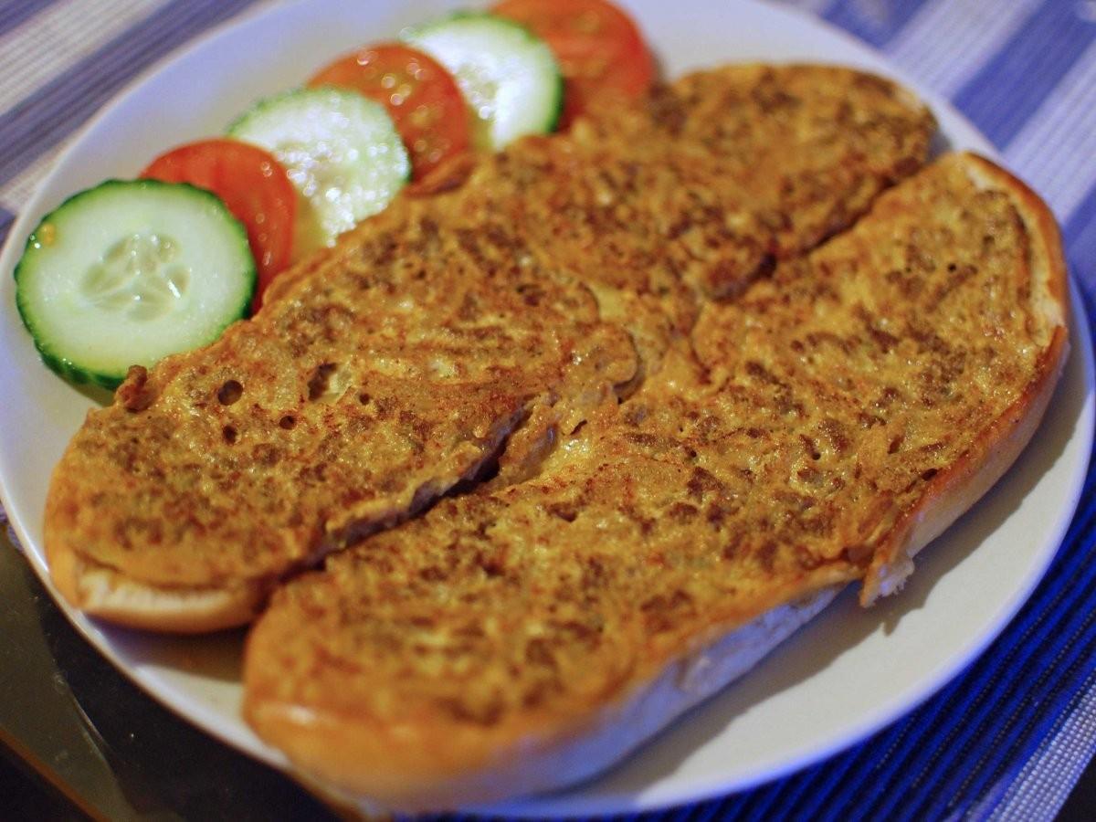 17. Позавтракайте в Малайзии: бутерброд с мясным фаршем, сардинами, яйцом и мелко нарезанным луком —