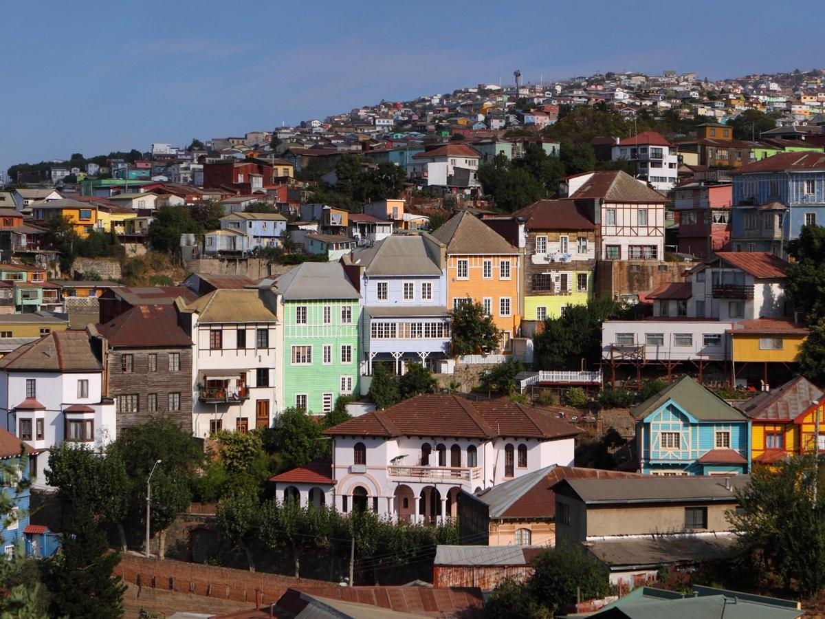 40. Посмотрите на красочные ветхие дома, построенные в скалах Вальпараисо, Чили.