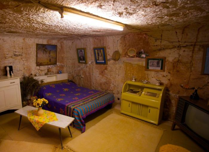 Жителям Кубер-Педи удалось искусно встроить в податливую горную породу жилые дома, церкви и даже пол