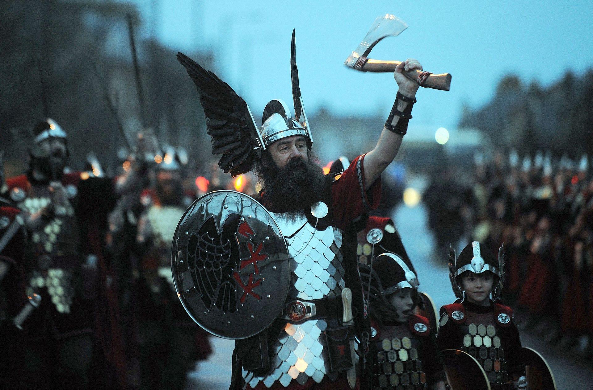 Шествие викингов на улицах Леруика.