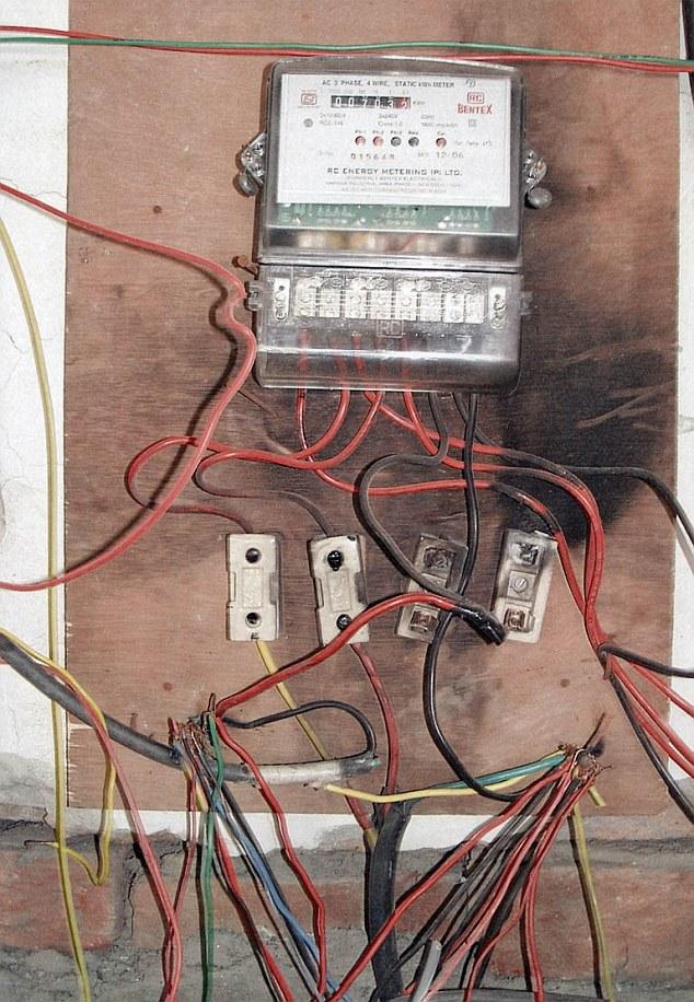 1-е место — офисное здание в Мадрасе, Индия. Электрический щиток с оголенными проводами находится пр