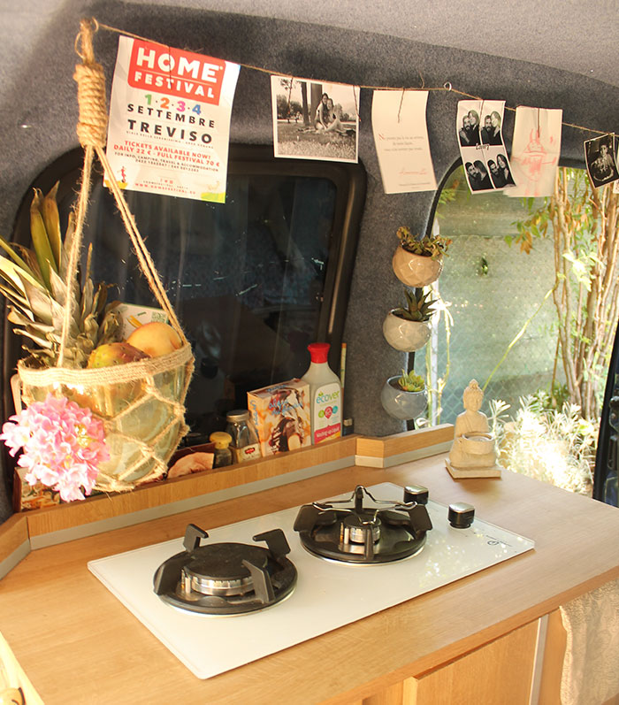 И даже устроила маленькую кухню с растениями в горшках.