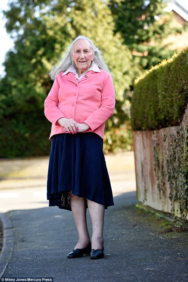В последние годы Патриция набралась смелости и начала носить женскую одежду.