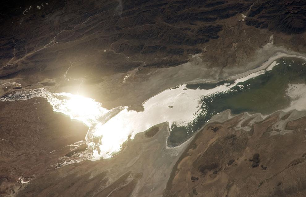 28) Солнце отражается от поверхности озера Poopo в Боливии. Это соленое озеро площадью 1000 кв.км. н