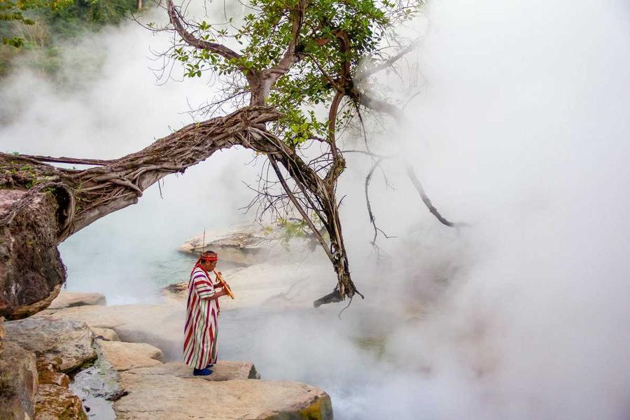 6. Для местных племен река священна, ведь они пьют эту воду, вдыхают её пар, готовят на этой воде, с