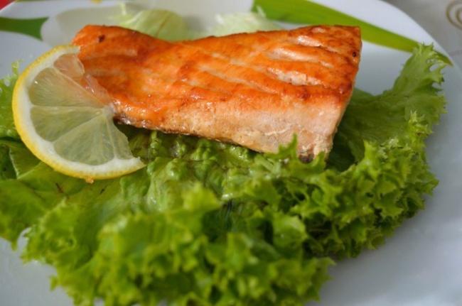 Вам понадобятся: 300г лосося 3ст.л. соевого соуса 2ст.л. сахара 1ст.л. подсолнечного масла 1