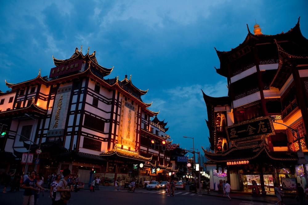 47. Здесь вы откроете для себя Шанхайский музей, храм Нефритового Будды и рынок на Донгтаи Роуд. Всё