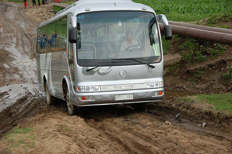 63. Разбитые корейские дороги оказали нам неоценимую услугу, значительно разнообразив экскурсионную