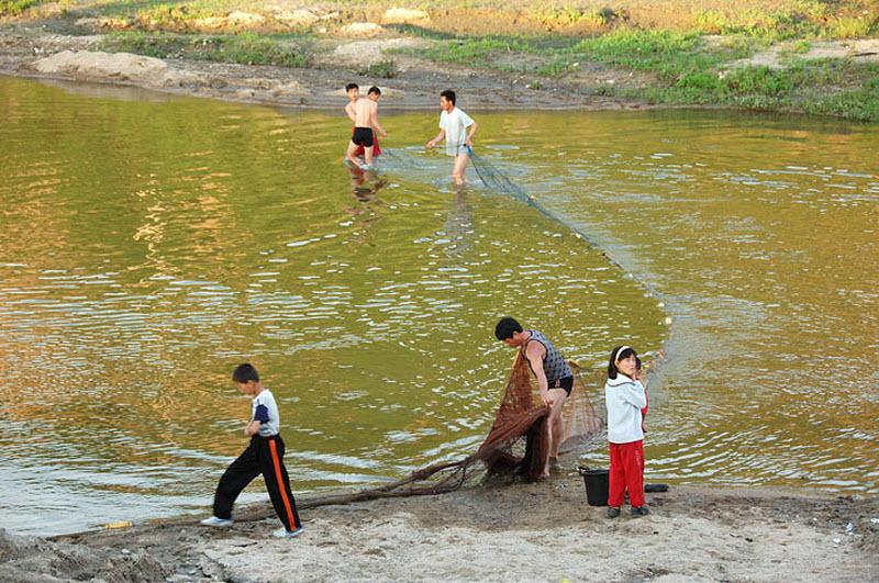 69. В той же реке, на окраине города, рыбаки вечерком растягивают сети. Значит собственно есть и рыб