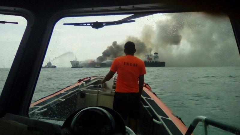 Уберегов Мексики загорелось нефтяное судно после взрыва наего борту
