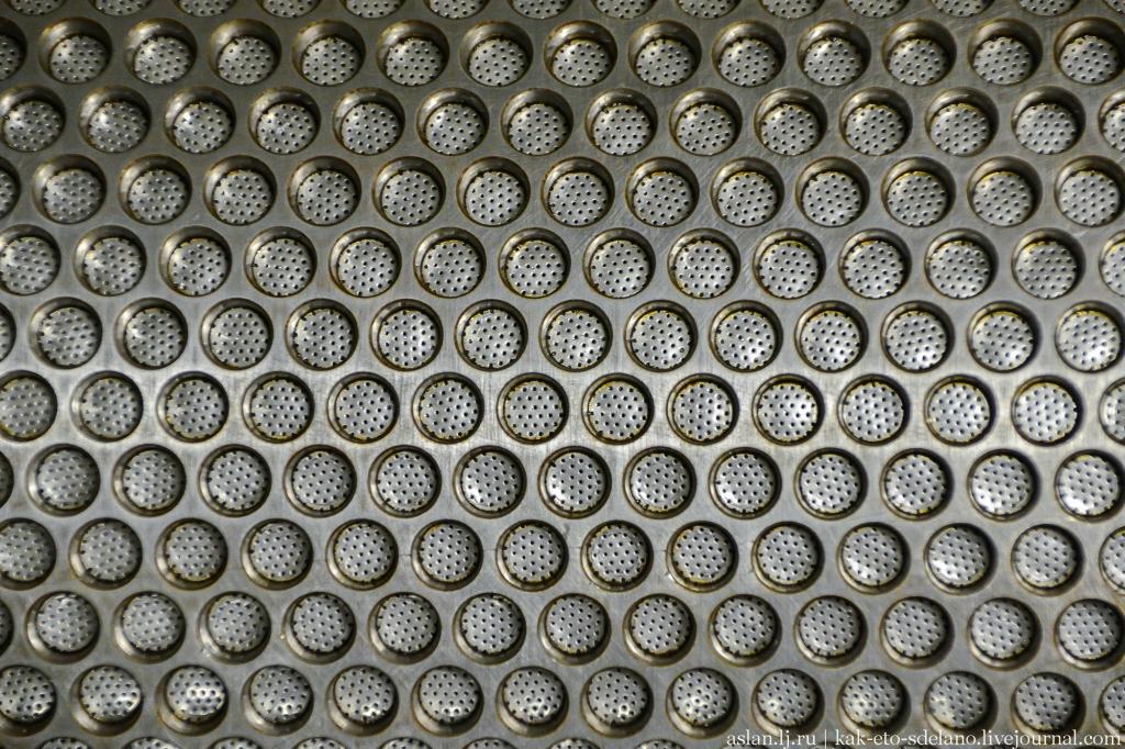 Как работает валик, который делает пузырчатую пленку валик, дырочки, стороны, пленка, сторону, формирует, помощью, вакуума, засасывается, через, углубление, получаются, самые, пупырышки, Затем, валиком, сформированная, пузырчатая, протягивается, дальше