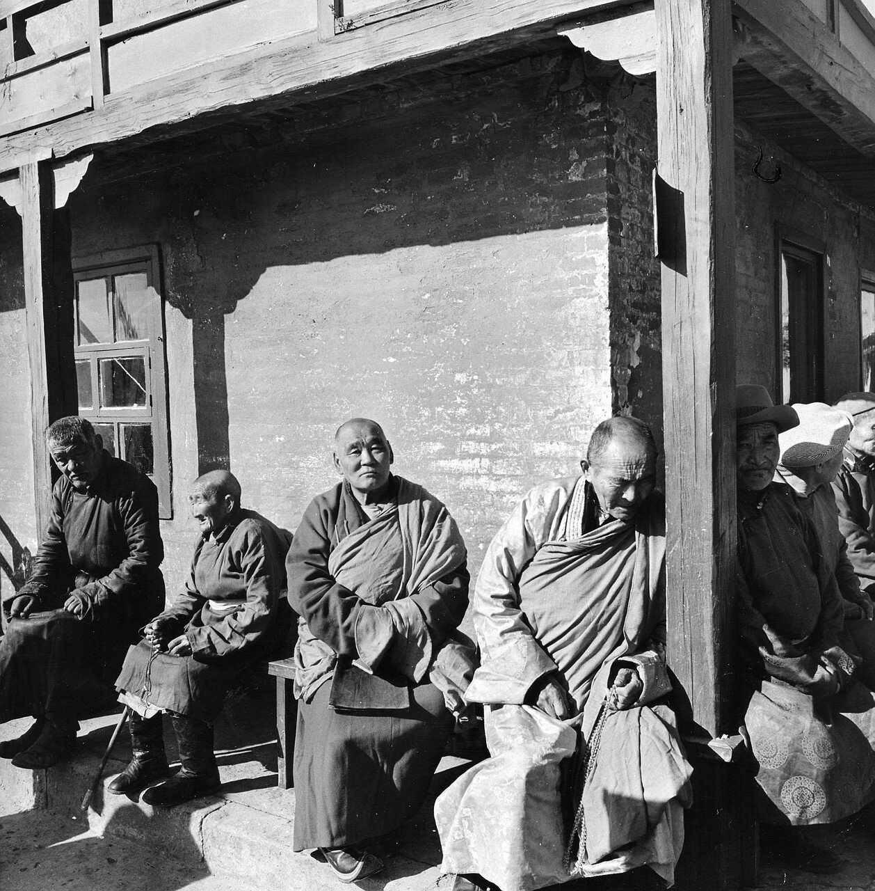 Улан-Батор. Верующие и буддийские монахи в монастыре Гандан