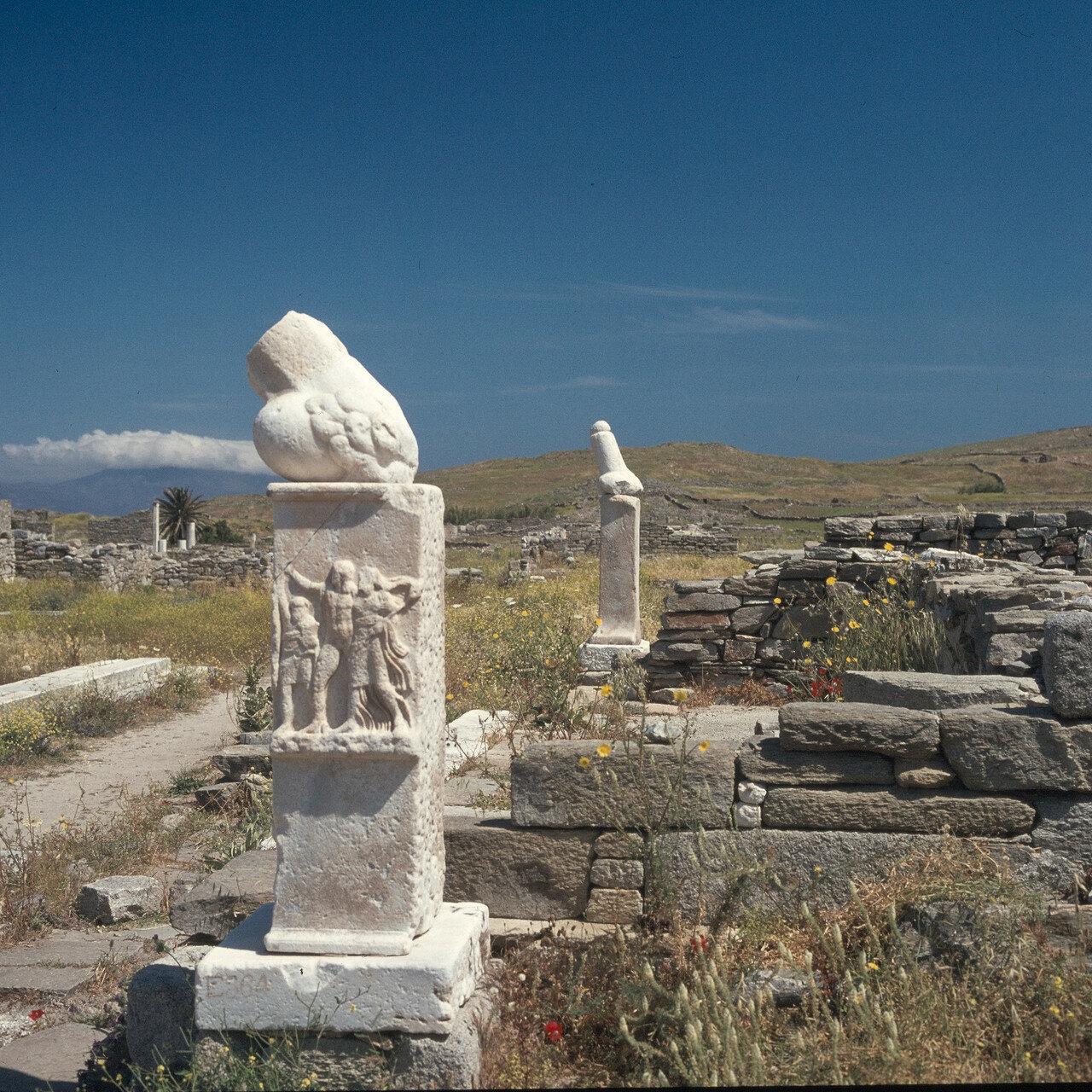 Делос. Святилище Диониса.  Фаллические стелы святилища на восточной стороне Теменоса Аполлона