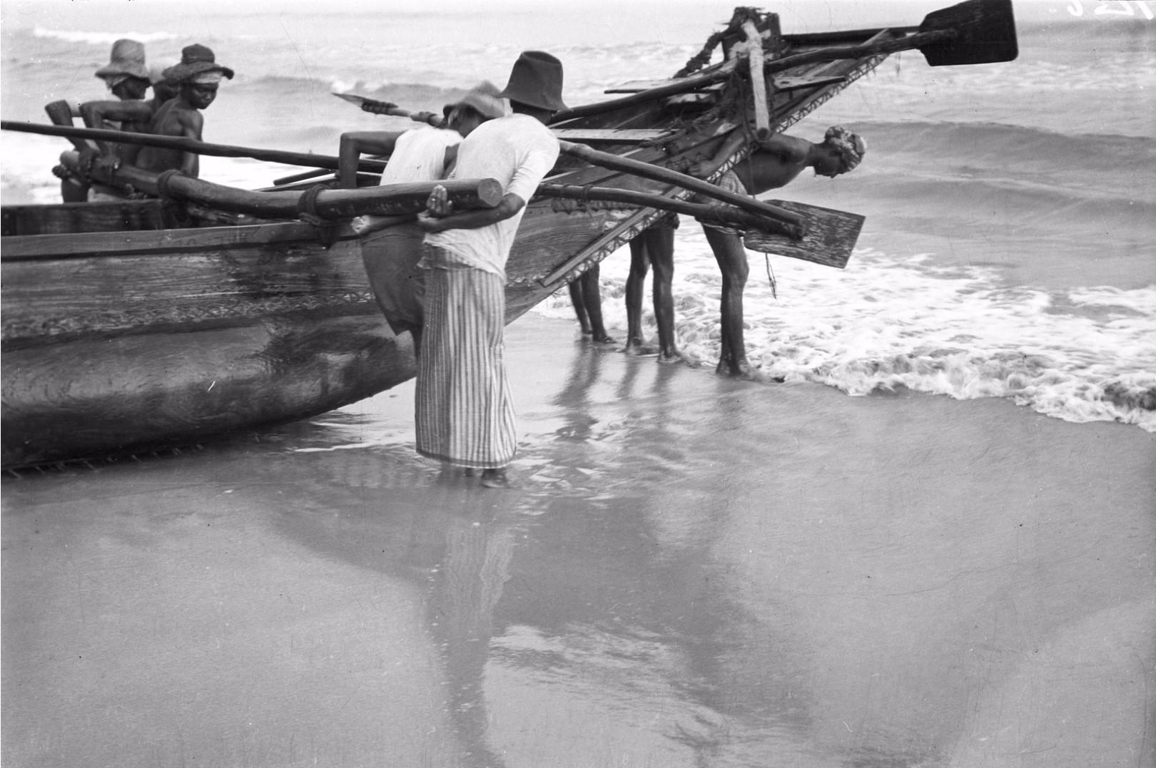 273. Калкуда. Рыбаки вытягивают лодку на берег