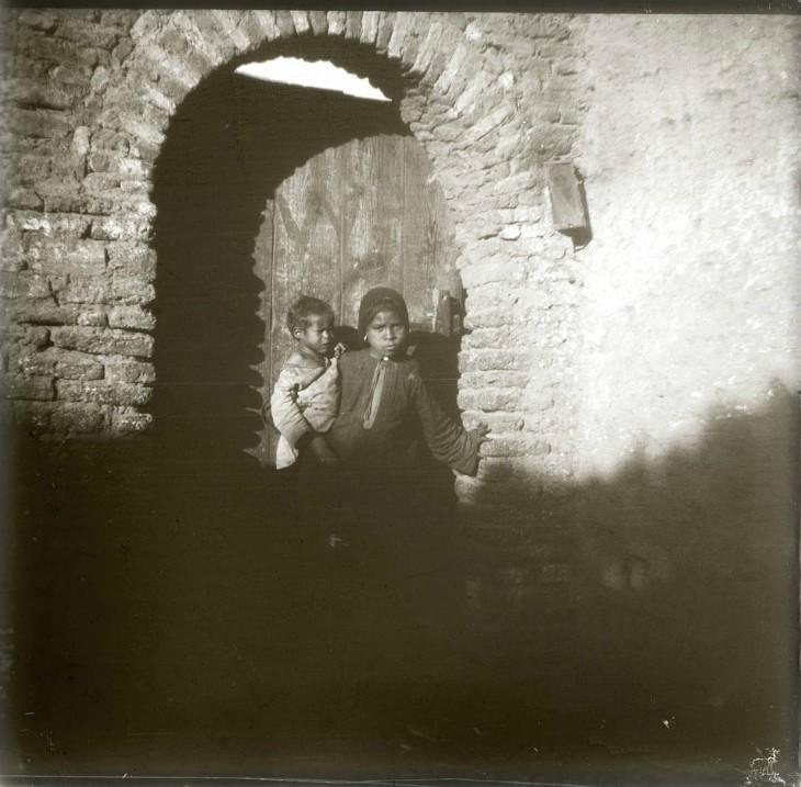 1910. Маленькая Зейнаб с братишкой возле дома. Египет. Эдфу