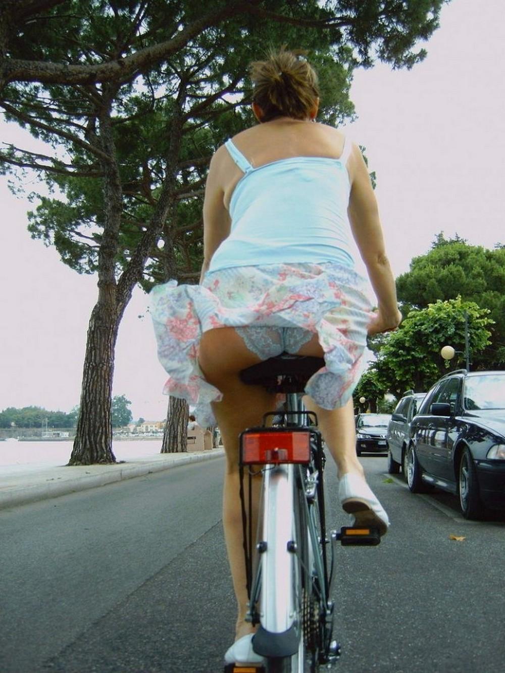 Случайно ветер поднял юбку фото