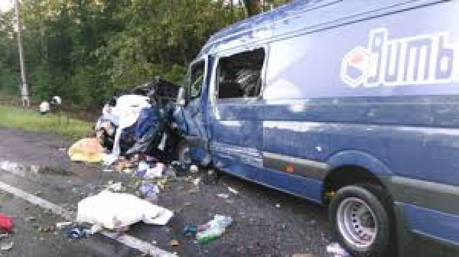 Из-за столкновения полицейской легковушки и военного грузовика на Херсонщине погибли конвойный и арестованный