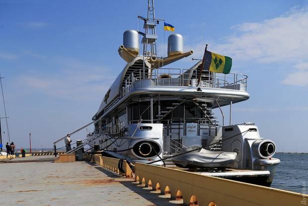 Под флагом Украины: В Одессе пришвартовалась яхта покойного российского бизнесмена Березовского