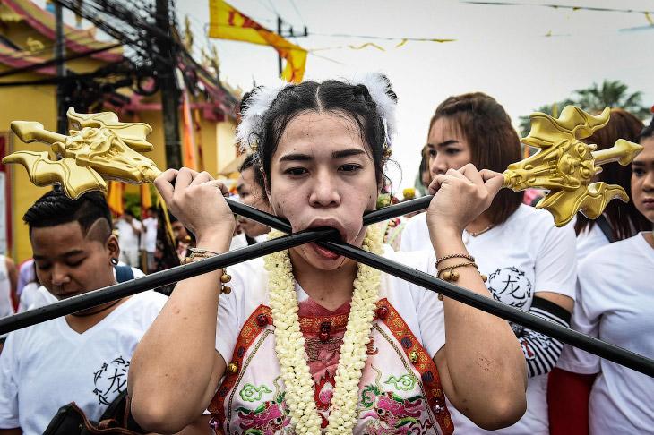 1. Во время Вегетарианского фестиваля 2016 люди пронзают свои щеки, руки, ноги, спины, языки но