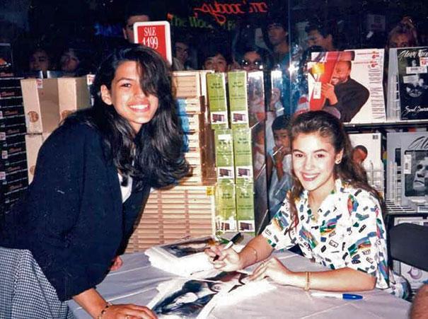 15-летняя Ева Мендес берет автограф у 17-летней Алиссы Милано.