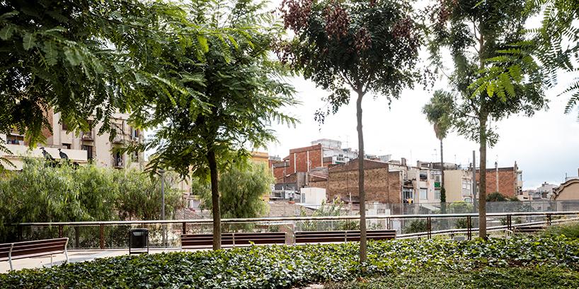 Парк поверх железной дороги в Барселоне